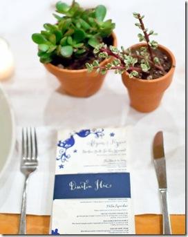 Casa de Valentina - via Style Me Pretty - mesa com vasinhos 1
