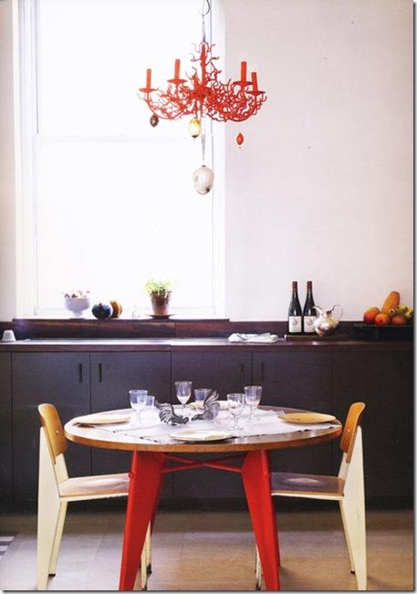 Casa de Valentina - lustre vermelho de madeira - via The Syte files