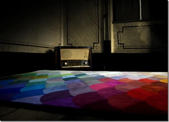 Casa de Valentina - via Design Milk - tapete colorido dos portugueses da Piodao Group- Pizel rug