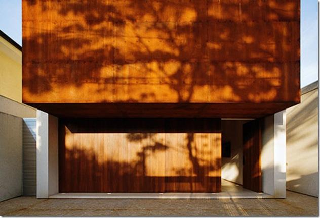 Fachada da casa projetada por Marcio Kogan e fotografada por Nelson Kon