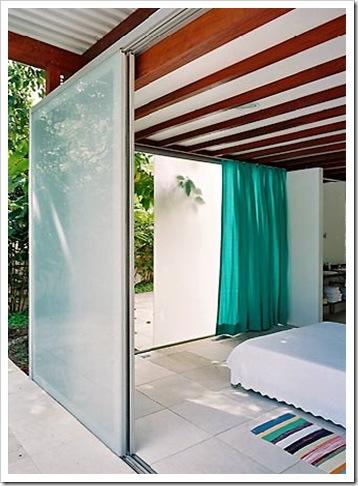 Com o pé prá fora. Casa projetada por Nitsche Associados e fotografada por Nelson Kon