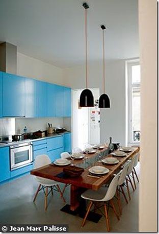 Cozinha azul integrada a sala de jantar