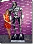 La impresionante Tricia Helfer y un no menos impresionante Cylon mecánico... en otro sentido, claro