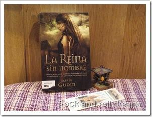 El libro acompañado de un órreo y de un punto de libro, ambos traídos de Asturias