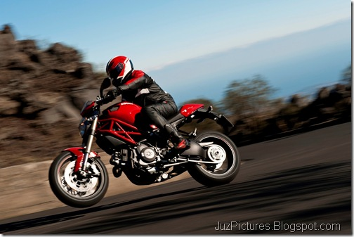 2012_Ducati_Monster_1100_Evo_3