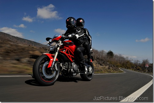 2012_Ducati_Monster_1100_Evo_1