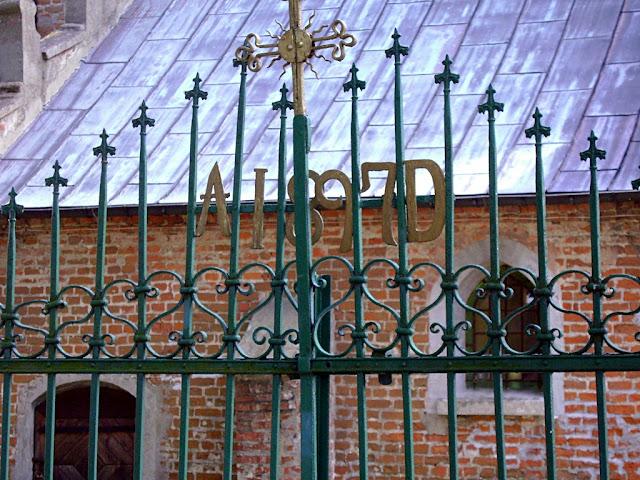 brama kościoła w Domaniewie