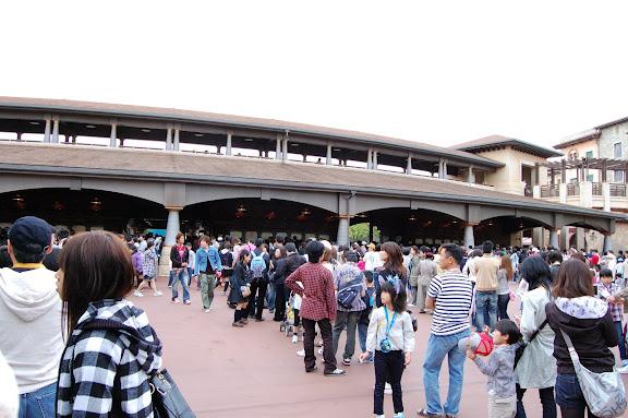 東京ディズニーシー・開園1時間前の列の写真