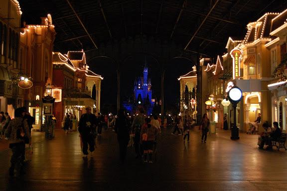 東京ディズニーランドのシンデレラ城と客の写真