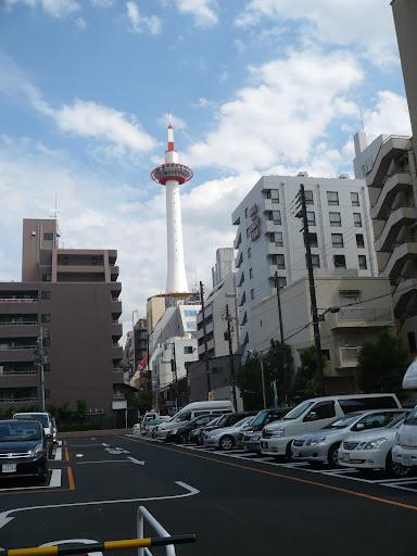 駐車場から京都タワーを見た写真
