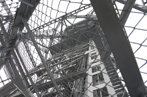 展望台を階段の途中から見上げる写真