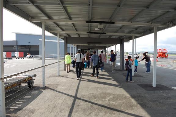 ジェットスターから入国審査までの通路の写真
