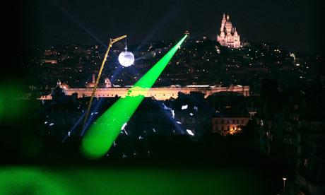 Лазерный луч над Парижем.