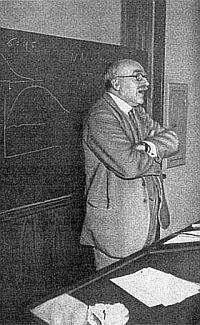 Английский генетик Джон Бэрдон Холдейн на лекции по биометрии в Лондонском университете (1953)