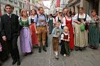 На народных праздниках национальные костюмы встречаются чаще, чем обычная одежда