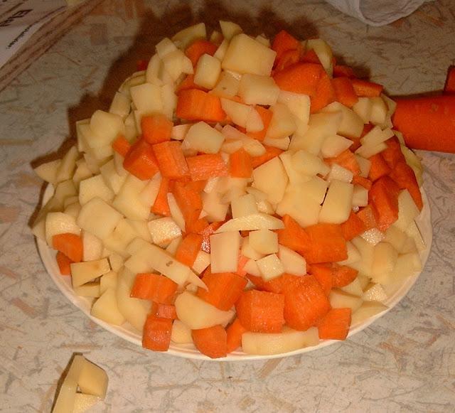 Foto af gulerødder og kartofler i tern lagt fint op i en kegle