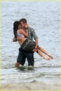 miley-cyrus-liam-hemswroth-kiss-10