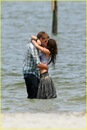 miley-cyrus-liam-hemswroth-kiss-02