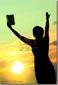 3491436-mujeres-rezando-con-la-biblia-en-contra-de-la-puesta-del-sol-de-verano-la-persona-no-es-identifable