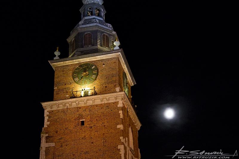 Kraków. Listopad 2010. Księżyc przymocowany do wieży ratuszowej.