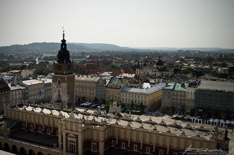 Kraków. Widok z wieży Kościoła Mariackiego na Sukiennice. Spojrzenie z gołębiej perspektywy na świat... i staje się jasne dlaczego tak bardzo lubią mój samochód. Czerwony jest po prostu łatwiejszym celem.