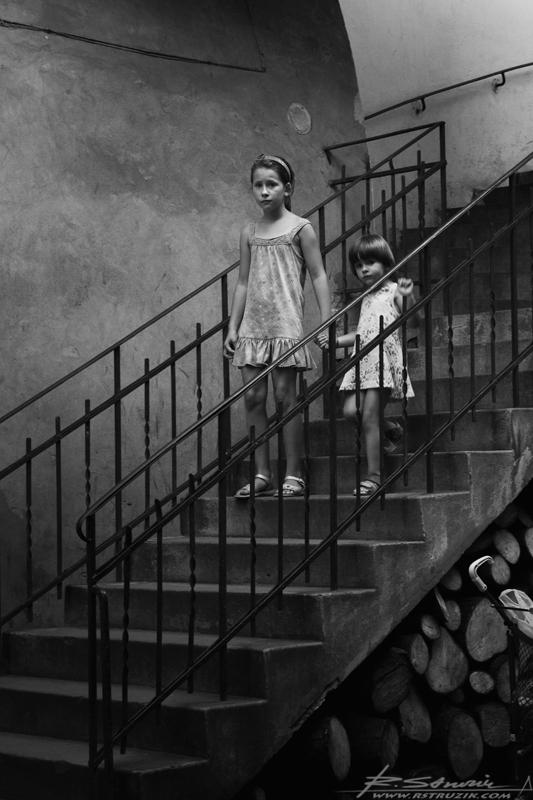 """Kraków, Bar Stajnia. Dla rodowitego Zagłębiaka, przyzwyczajonego do nudnych, wyzutych ze stylu, klimatu i charakteru knajp, niezrozumiałe się może wydawać przyjście z dziećmi do jakiegokolwiek lokalu. Krakowska """"codzienność""""."""