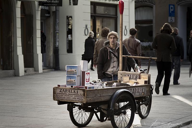 Kraków, ul. Grodzka. Niesamowity dowód na to, iż z prozaicznej, niemal bezwartościowej rzeczy, można uczynić produkt luksusowy. Dla chcącego nic trudnego.