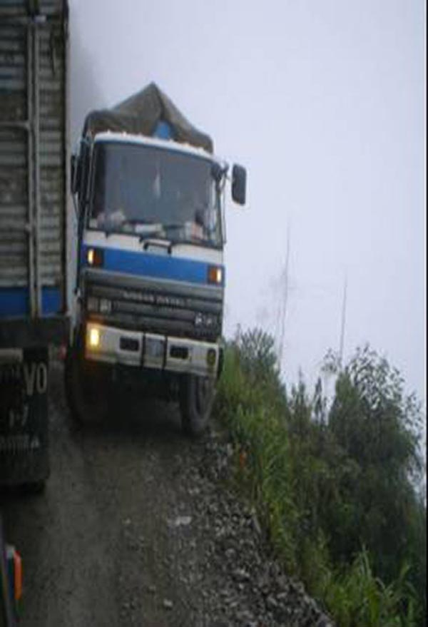 Bolivian Highway - Deadly Bolivian Highway - Truck cornering that shows death