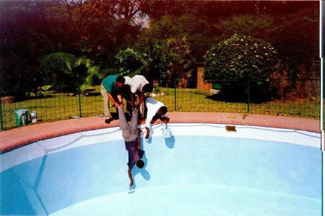 Weekend Fun - Funny things of Africa - Swimming pool painting with human chain