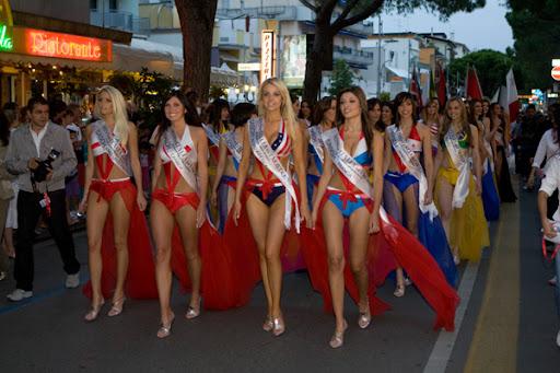 Desfile nas ruas das finalistas ao Miss Italia nel Mondo 2009