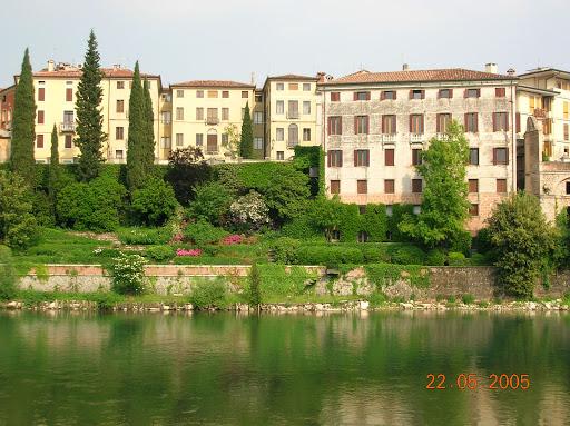 Paisagem de Bassano del Grappa ao lado do Rio Brenta