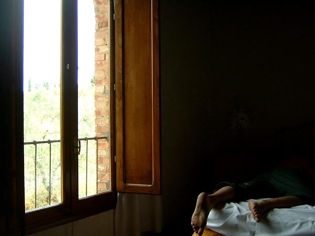 Homem descansando na cama
