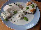 Klasyczny ser biały wiejski, ser wiejski z ziołami, kanapka z serem wiejskim i łososiem