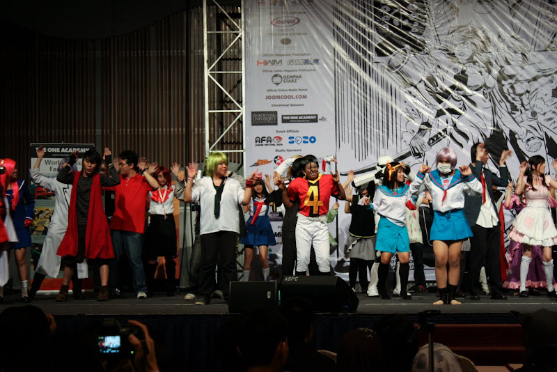 Comic Fiesta Day 1 stage performance group CaramellDansen