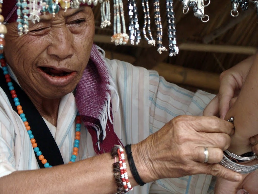 Бабка продает браслеты туристке
