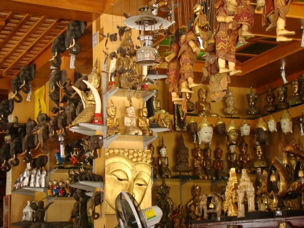 Магазин деревянных скульптур в Золотом Треугольнике