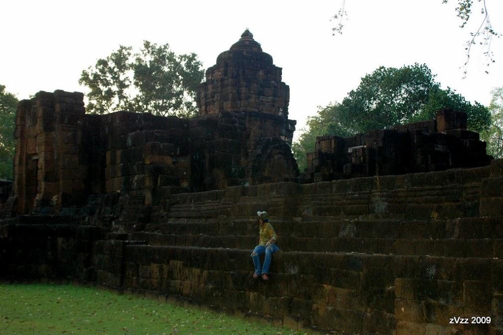 Когда-то здесь кипела жизнь, огромные храмы и толстые стены защищали форт от бирмачей