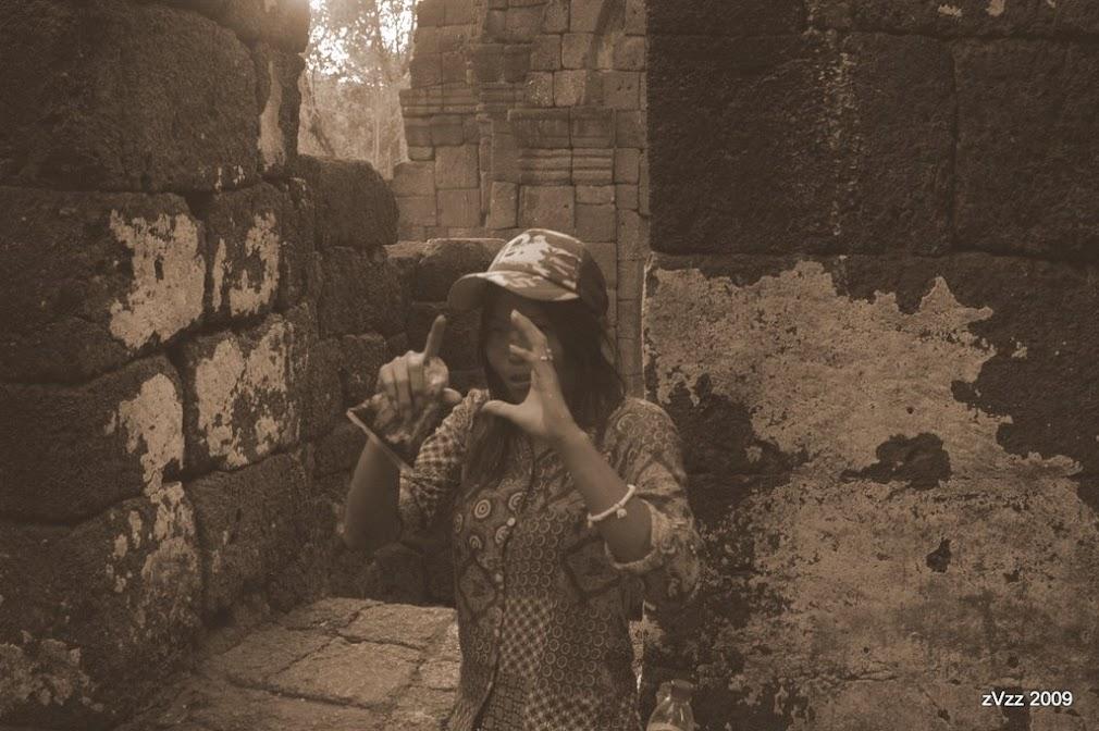 Тайская девушка рассказывает, как пользоваться фотоаппаратом