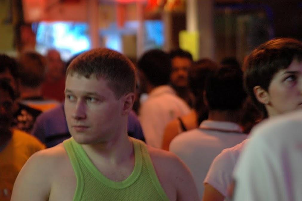 Русский турист внимательно изучает обстановку путинским взглядом