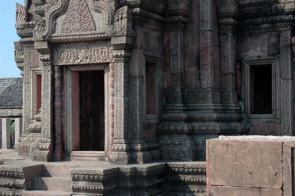 Копия храма, из-за которого все время спорят Тайланд и Камбоджа, есть в парке Мыанг Боран. Скопировали вместе с горой.