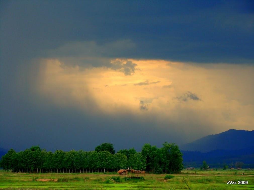 Придорожный пейзаж в лаосской границы, дождь идет стеной на местные горы