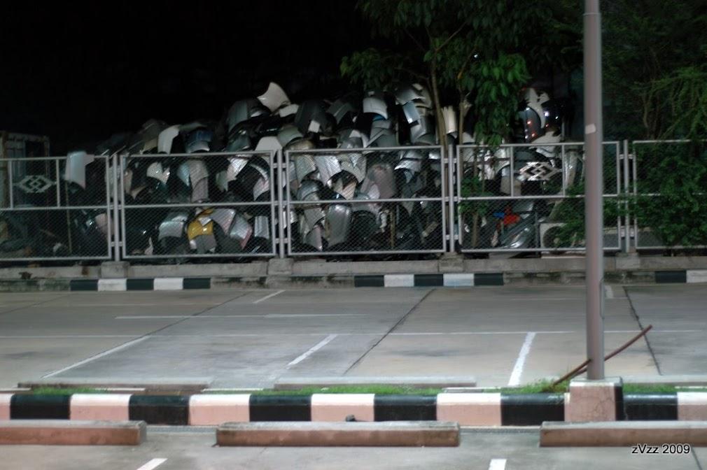 Свалка потерянных в боях бамперов у перекрестка Пра Рам 9 у полицейского участка.