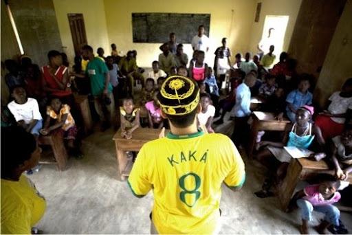 Grupo enviado à Nigéria fala as 210 crianças de um abrigo, mantido por ONGs, antes de lhes entregar parte do material enviado com eles.