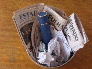 diploma no lixo