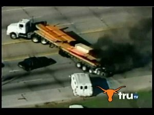 Moleque tenta fuga em caminhão no Texas (vídeo)
