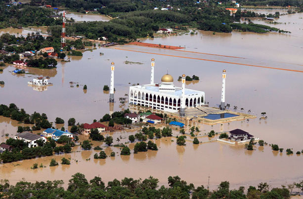 Aerial view shows a mosque in the flooded southern Thai city of Hat Yai, November 2, 2010. Thailand battled on November 2 to rescue thousands of people trapped in their homes after flash floods -- several metres deep in places -- swept through a southern city, cutting power and communications. Rising waters began to inundate Hat Yai, a city of more than 150,000 in Songkhla province, late on November 2 after days of heavy downpours. Photo: REUTERS via telegraph.co.uk