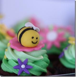 cute-food-bee-cupcake