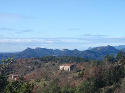 Serrallonga, i al fons les serres de Campdeparets, la Quar i Picancel