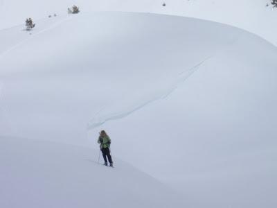 La Sílvia al costat d'una gran acumulació de neu