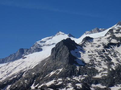 Vista del Pic de la Renclusa i de l'Aneto tot pujant el Pòrt dera Picada